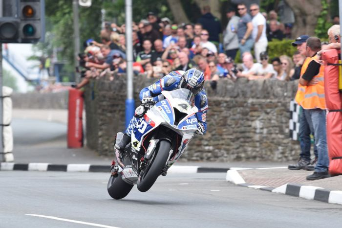 isle-of-man-tt-dunlop-wins-senior-hutchinson